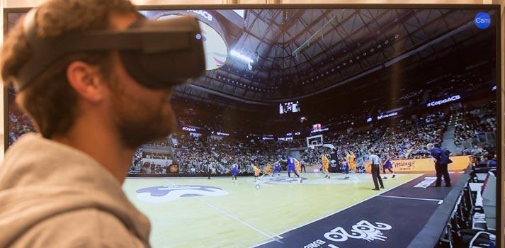 Un espectador disfruta de la realidad virtual gracias al 5G