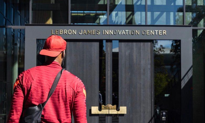 Puerta principal del Centro de Innovación Lebron James de Nike