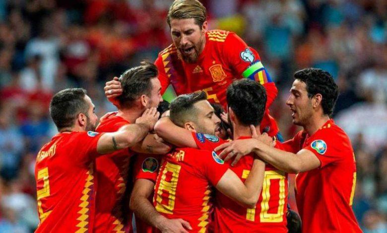 Uno de los combinados de España celebrando un gol